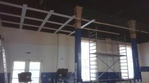 Saalrenovierung im Gasthof Weissig - An der Decke wird ein Gitter sichtbar